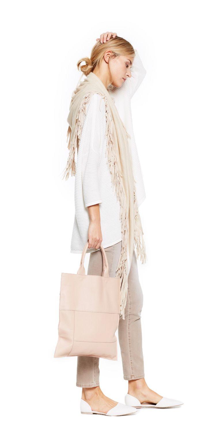 Damen Outfit Pastel Look von OPUS Fashion: beiger Schal, weisser Pullover, beige Hose