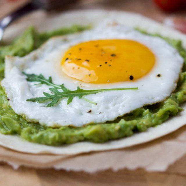 Huevo Estrellado en cama de Guacamole
