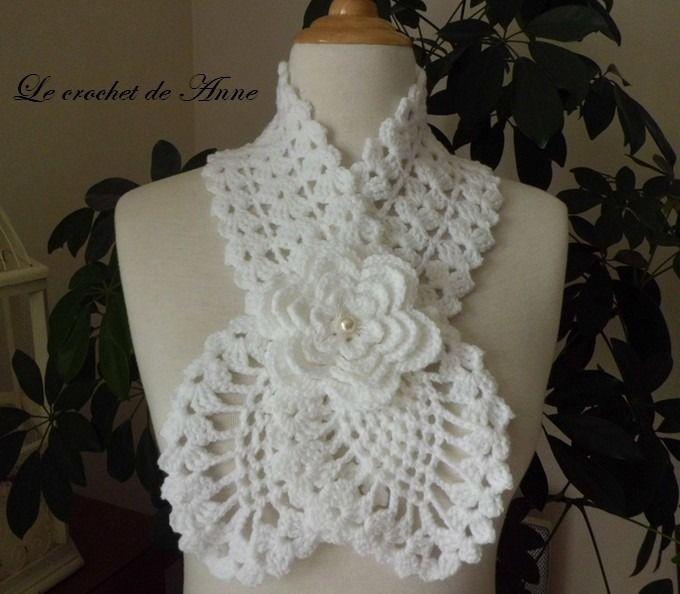 Echarpe blanche , ornée d'une fleur broche !