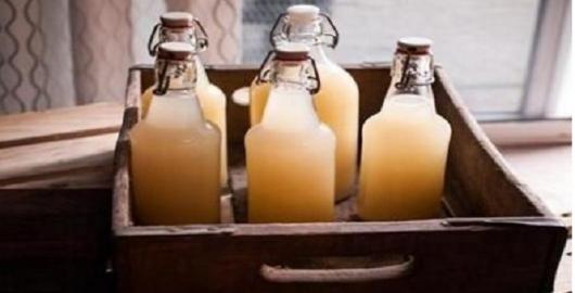 """O vinagre de maçã é uma verdadeira farmácia natural!Para começar, ele é um poderoso alcalinizante do sangue, melhorando a nossa saúde como um todo.Ele """"derrete"""" todo tipo de gordura, normaliza a pressão arterial e acaba com vermes."""