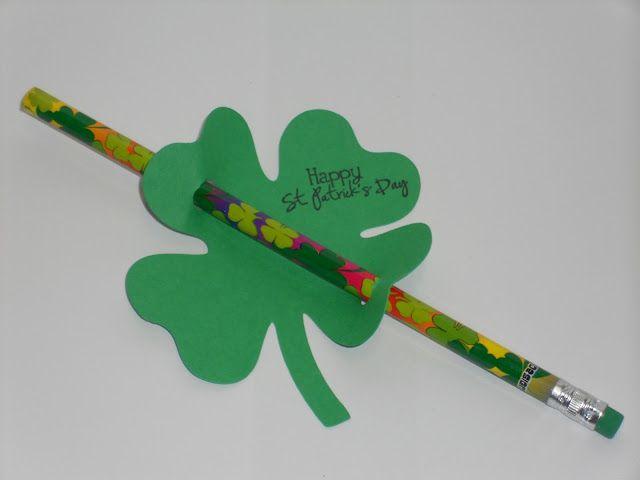 Een potlood met een klavertje vier om de leerlingen verder geluk te wensen.