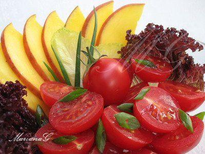 """Salata cu mango și roșii """"cireșe""""    salata -amesteca  1 mango  10 buc. tomatelor """"cireșe""""  2 cepe verzi"""