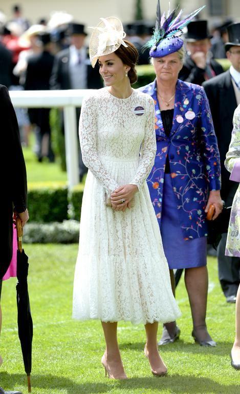 Pour sa première participation au Royal Ascot (une célèbre course de chevaux) , Kate a su tirer son épingle du jeu parmi les tenues imprimées des invitées en s'habillant de cette robe en dentelle immaculée signée Dolce & Gabbana à 3 450 livres, soit environ 4 073 euros. (Ascot, le 15 juin 2016.)
