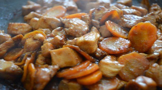 2 peitos de frango sem osso e sem pele  - 1 cenoura grande (ou 2 pequenas)  - Curry  - Shoyo  - Óleo de oliva  - Pimenta-do-reino