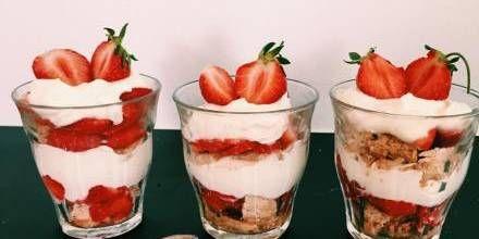 Smagen af jordbær i skøn forening med makroner og syrlig-fed flødecreme.