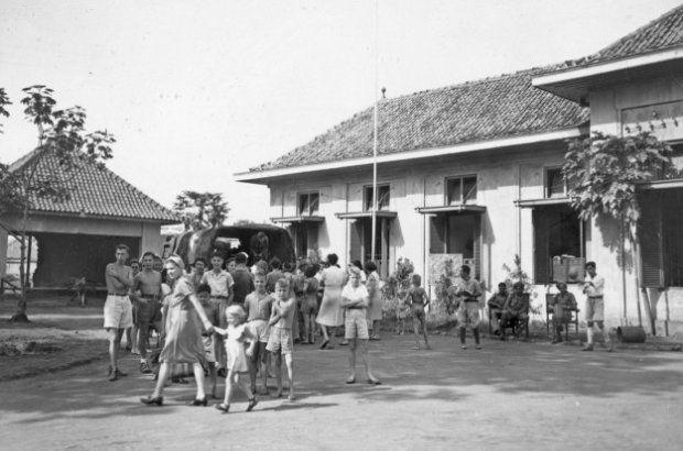 Het Ursuline klooster in Bandoeng, in gebruik als No. 1 Rehabilitation Allied Prisoners of War and Internees (RAPWI) kamp. Het klooster bood oorspronkelijk plaats aan slechts 300 mensen, en werd nu gebruikt voor de opvang van 880 ex-geinterneerden. Bandoeng, Java, Nederlands-Indië. 1945-11