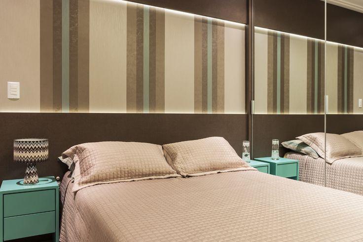 Apartamento de 70 m² com paredes neutras e móveis coloridos - Casa