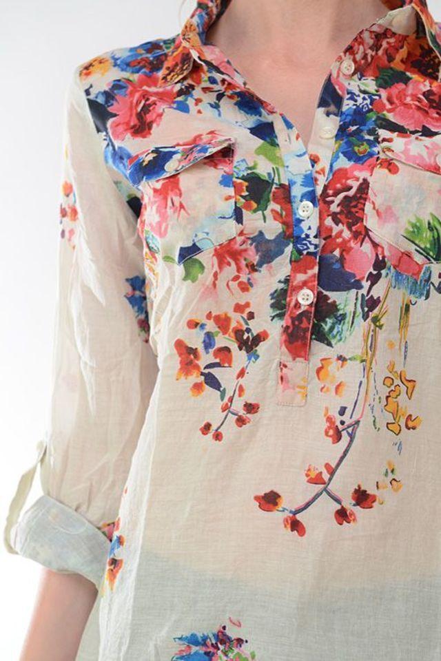 色鮮やかな花柄があしらわれていても、こちらのように透けるような薄い布地のシャツだと派手な印象にならず、むしろナチュラル感が出ますね。顔までパッと明るくなるような素敵な一枚です。