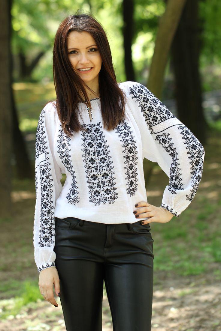 Ie românească cu mânecă lungă, brodată manual pe pânză topită cu fire de bumbac și mătase albă.