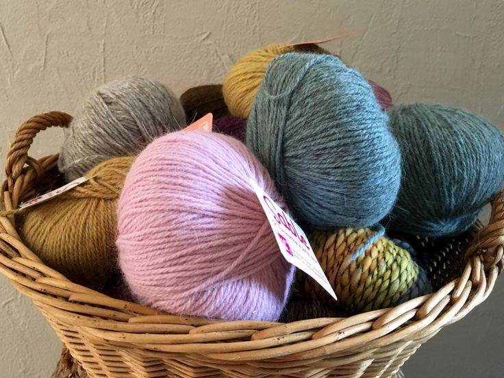 Un pas de plus vers une meilleure qualité de vie : tricoter avec des laines naturelles et non traitées, teintes selon des procédés eco-responsables. Les laines utilisées pour nos tricots proviennen…