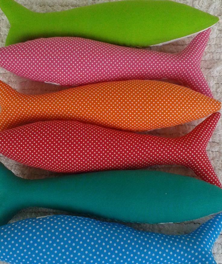 Sardine portoghese tradizionale fatto a mano in tessuti divertimento, contemporanee. Individualmente cuciti con amore e attenzione al dettaglio.  Comprare piccoli pezzi di tessuto così ripetizioni dello stesso disegno sono spesso limitate. Con diverse combinazioni di tessuto e nastro, la maggior parte delle sardine sono uniche.  Sei le sardine disponibile qui - turchese/giada/rosso/arancio/rosa/calce.  Ogni Sardina costa £10,00 GBP. Si prega di specificare quale colore si richiede quando si…