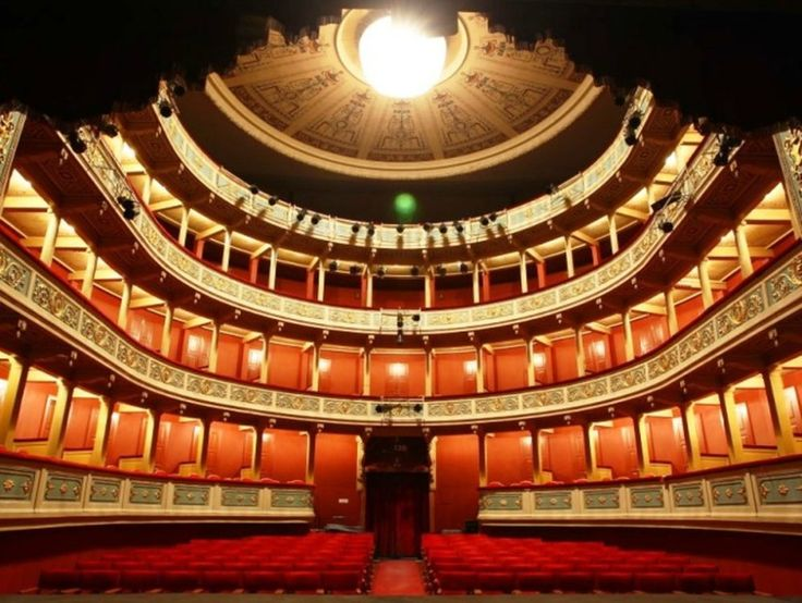 Το παλαιότερο σωζόμενο κλειστό θέατρο σε σχέδια του αρχιτέκτονα Έρνεστ Τσίλερ βρίσκεται στην αχαϊκή πόλη.   Από την Αργυρώ Ντόκα