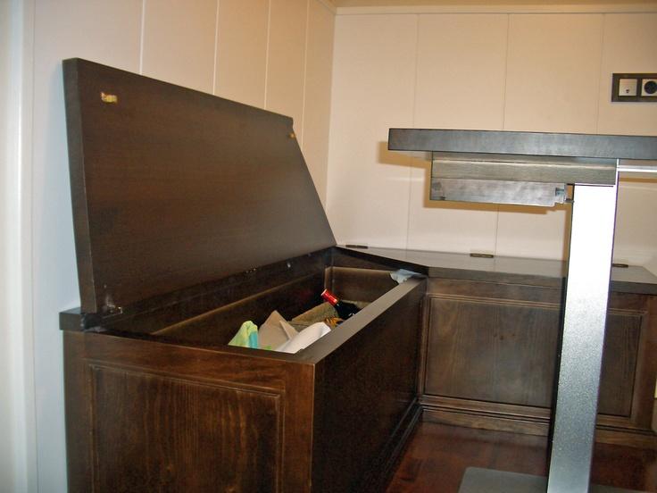 de cocina, con asientos tipo baúl y mesa con pie cromado  Cocinas