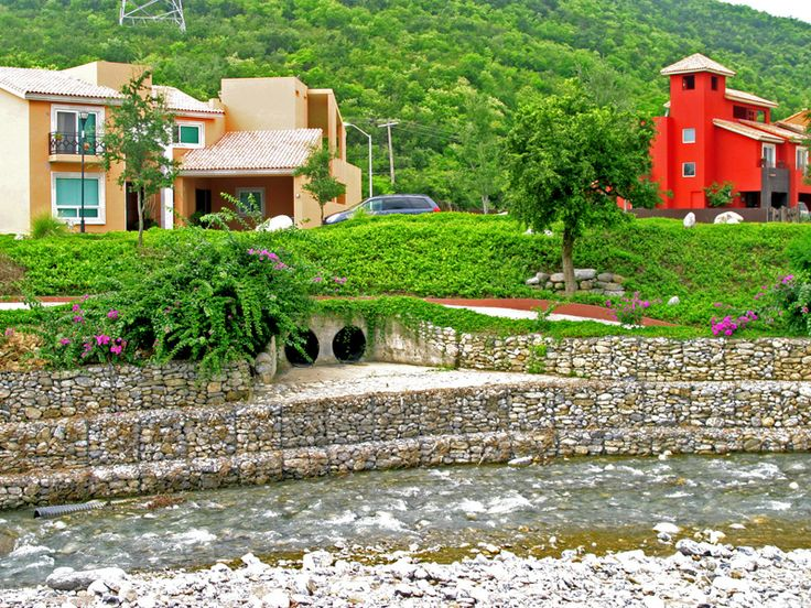 Landscape design slope drainage with gabion mesh for Landscape drainage slope