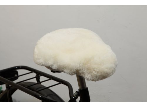 Setetrekk laget av 100% ull. Garantert mykt og varmt å sitte på. Gjør sykkelturen mer behagelig på kalde vår, høst og vinterdager. Passer de fleste vanlige sykkelseter, også de brede damesadlene vi har på noen av våre sykler.Et vanntett setetrekk fra Bikecap eller Basil kan tres utenpå setetrekket av ull for å holde det tørt. Setetrekket kommer i hvit farge.