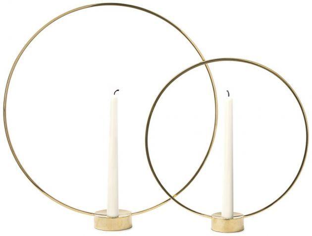 Lika fin som ljushållare som skulptur! De smäckra mässingsringarna ramar in och bildar som en gloria runt ljuset. Ljusstaken Gloria är tillverkad i massiv