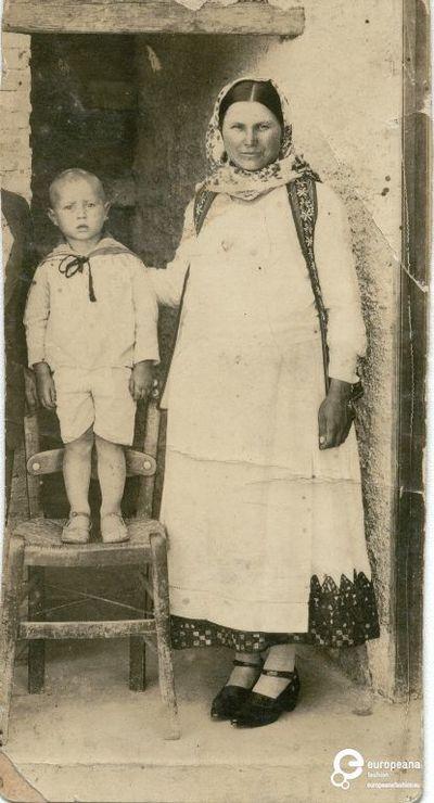 A B/W photo of a woman in Attica costume and a little boy. Συλλέκτης: Peloponnesian Folklore Foundation Ίδρυμα: Europeana Fashion