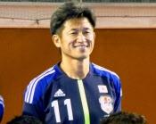 KAZUUUUUUUUUUUUUU! フットサル日本代表のユニホームを着用し、写真に納まる三浦知良(17日、名古屋市内)=共同