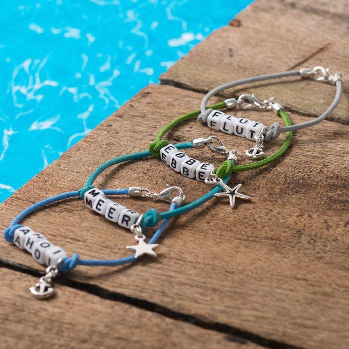 Ahoi! - Maritime Armbänder mit Buchstabenperlen, Lederband und Metallanhängern von Glücksfieber.#buchstaben #buchstabenperlen #namensarmband #wunscharmband #armbänder #bracelets #diyschmuck #schmuckanleitung #schmuckshop #selbstgemacht #jewelrymaking #schmuckdesign #schmuckideen