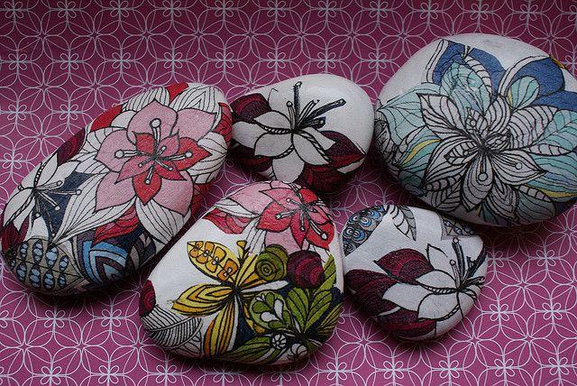 !!!!!!!painted stones!!!!!!!!!!!!: Paintings Flowers, Floral Paintings Rocks Flowers, Paintings Stones, Flowers Power, Decoupage Stones, Flowers Rocks, Flowers Design, Rocks Art, Rocks Paintings