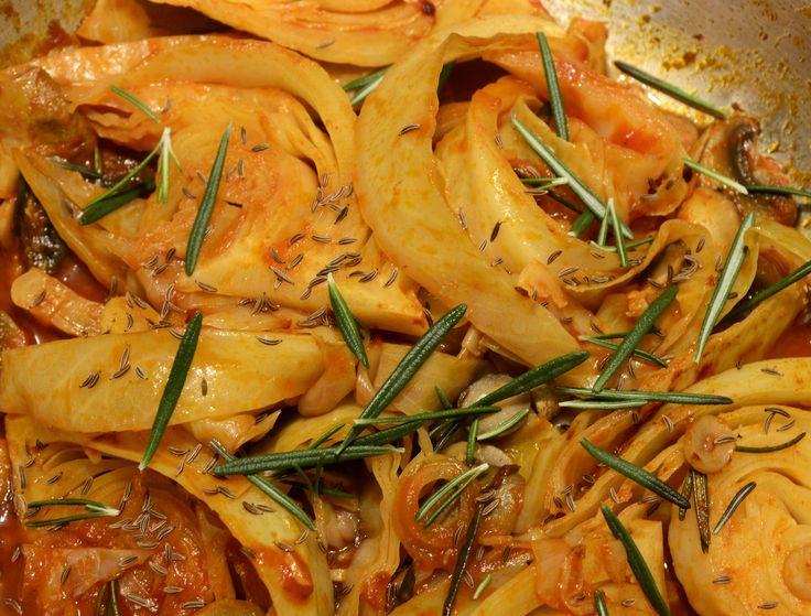 Geschmortes Weisskraut mit Champignon und Tomatenmark, gewürzt mit frischem Rosmarin, edelsüssem Paprika und Kümmel.