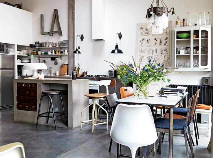Industriell stil med poetisk känsla: så beskriver Virginie och Alfonso sitt hem i Paris, ett rymligt och smart renoverat radhus i en gammal knappfabrik. – Vi ville bevara fabriksstämningen och... ❥