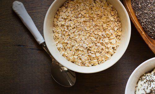 Le petit-déjeuner à l'avoine et aux graines de chia pour un ventre plat.   En plus d'être plus riches en vitamines et en minéraux que d'autres graines, les graines de chia contiennent également des fibres qui, associées à celles contenues dans l'avoine, nous aident à réguler notre transit intestinal.