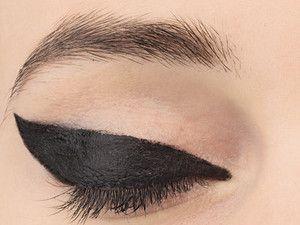"""J'ai lu l'article Tuto maquillage : j\'ose l\'eye-liner façon """"aile de papillon"""" (vidéo) sur http://www.closermag.fr/beaute/videos-beaute/tuto-maquillage-j-ose-l-eye-liner-facon-aile-de-papillon-video-217630"""