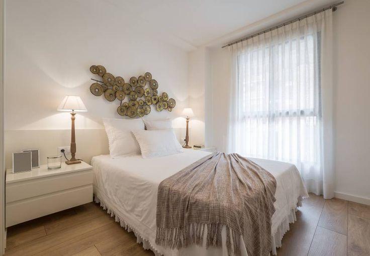 Pequeños detalles para un dormitorio acogedor: Dormitorios de estilo moderno de Laura Yerpes Estudio de Interiorismo