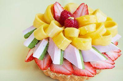 カフェコムサ春の新作ケーキ - 苺で桜の花びらを、3色ムースで菱餅を表現したひな祭り限定ケーキ