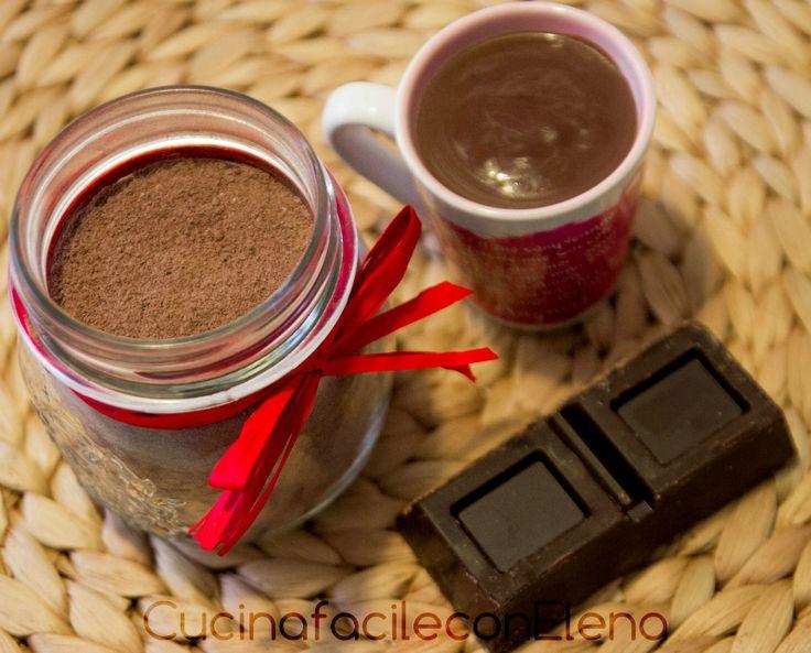 Oggi la ricetta del mio preparato per cioccolata calda con cui otterrete una cioccolata densa e cremosa, da leccarsi i baffi! Cosa c'è di meglio in inverno?