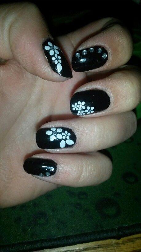 Flower black and white nail