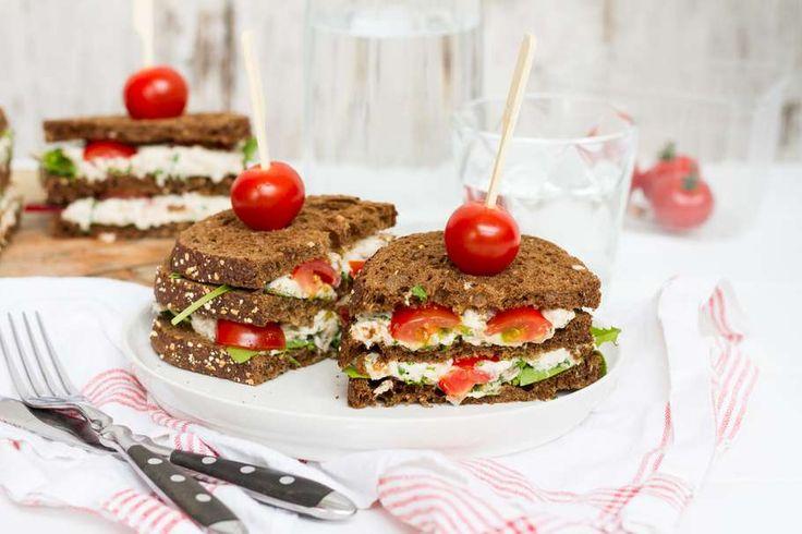 Recept voor sandwich voor 4 personen. Met zout, peper, gerookte makreel, Griekse yoghurt, meergranenbrood, citroen, platte peterselie, sjalot, cherrytomaat en slamelange