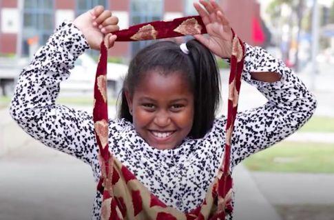 Khloe wil de daklozen in haar omgeving graag helpen. Ze deelt zelfgemaakte tasjes uit, gevuld met allerlei verzorgingsproducten.