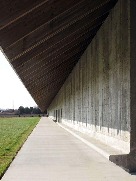 Elegant Built in concrete bench.  Parrish Art Museum by Herzog & de Meuron, Long Island, NY, USA