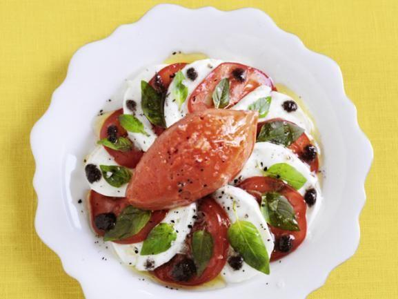 Tomaten-Sorbet mit Tomaten-Mozzarella-Salat: Das frische Sorbet ist ideal an heißen Tagen. Zusammen mit dem Italien-Klassiker Tomaten-Mozzarella-Salat wird daraus eine leckere Vorspeise. www.fuersie.de/kochen/polettos-rezepte/download/tomaten-sorbet-mit-tomaten-mozzarella-salat