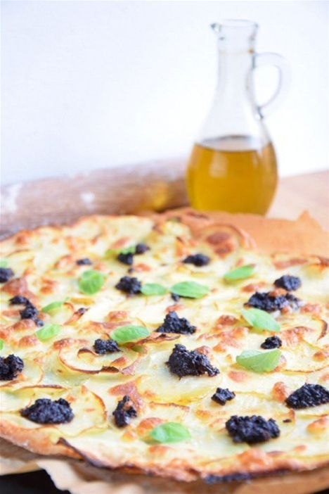 Kartoffelpizza med mozzarella og oliventapenade