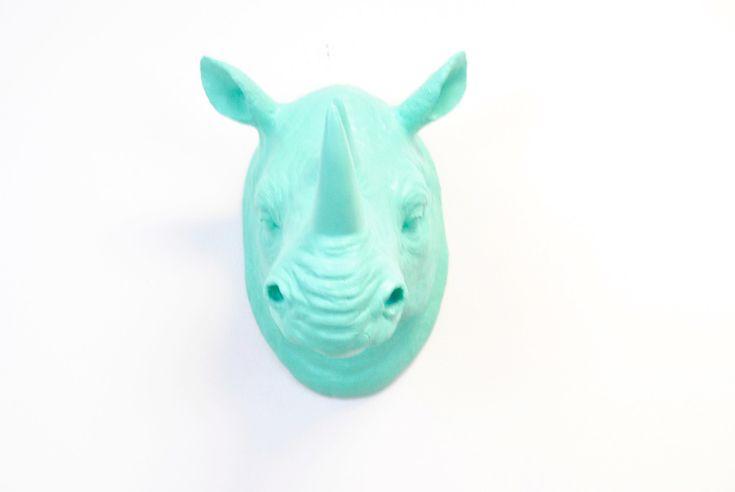 Faux taxidermie-Aqua Blue Rhino Wall Mount - Home Decor  Deze Aqua blauwe rhino is geweldig voor alle leeftijden. Pronken met deze vrouwelijke maar vet stuk in elke kamer of zelfs in uw kantoor. Niets zegt dat ik meer dan een neushoorn wall mount menens. De mogelijkheid voor deze extravagante stuk zijn werkelijk eindeloos.  ** Elk stuk is op maat gemaakt te bestellen, zo laat 2-4 werkdagen voor productie. Als u het item eerder moet, bericht van ons en we zullen proberen ons best om te…