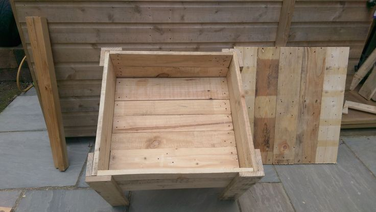Awesome Pallet Sandbox With Lid  #diypalletideas #diypalletsandbox #garden #kids #kidssandbox #outdoor #palletsandbox #repurposedpallet #sandbox Here's a solution when the neighborhood cats make your kid's sandbox their restroom: make a Pallet Sandbox With Lid!One of my friends at work has tw...