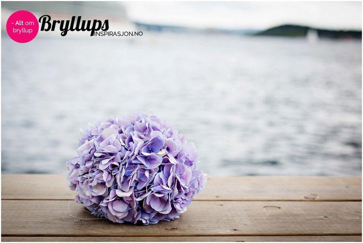 Moderne lilla brudebukett.
