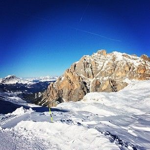 Relax end enjoy the view on the #dolomites from the never ending Lagazuoi piste. #dolomitesski #skiing #altabadia #holimites