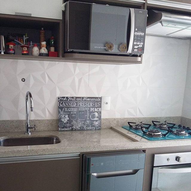 Armários: @valcenter_planejados  Porcelanato couchê Matte @ceramicaportinari  Torneira: @decaoficial  Pedra: Branco Itaúnas @grazimarmarmoraria  Cooktop: @casavitra Microondas/ Lava-louças/ forno: @brastemp  Depurador: @Electrolux #MeuAp22 #cozinha #mykitchen #kitchen #kitchendesign #minhacozinhaturquesa #designdeinteriores #interiordesign #decoracaodecozinha #homedesign #homedecor #valcenter #valcenterplanejados