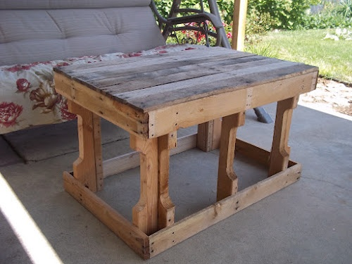 pallet table, great idea and cheap and very rustic!
