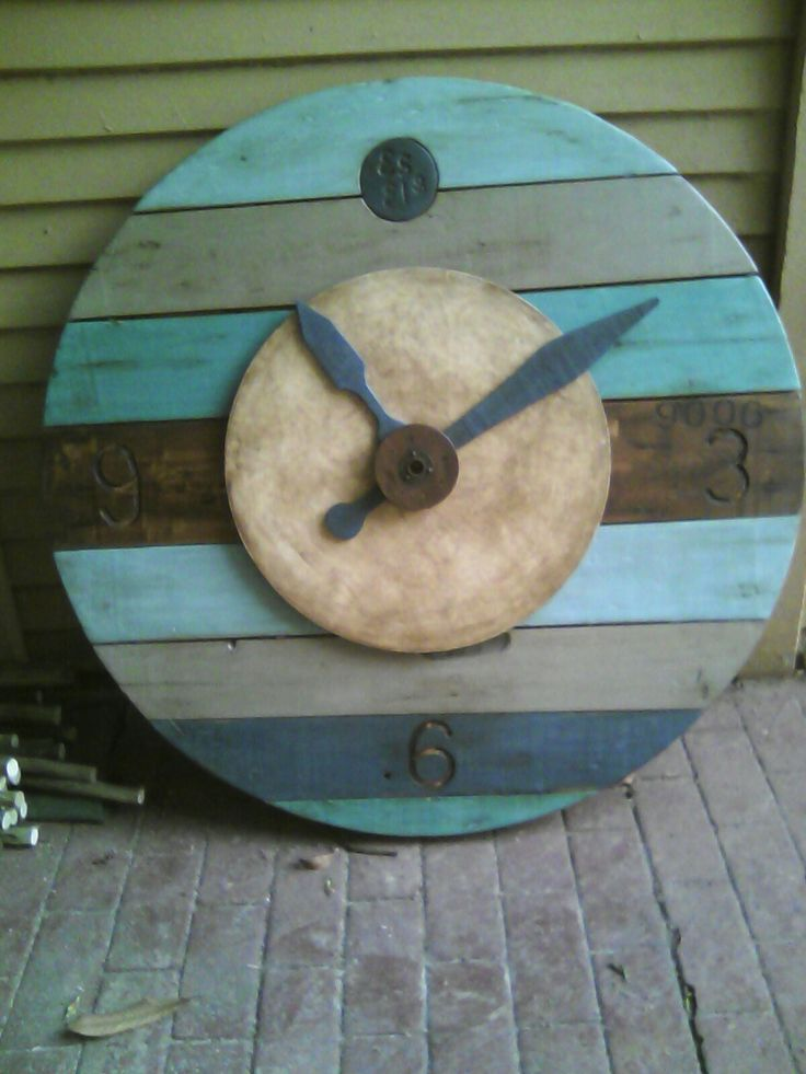 Upcycled wall clock with Annie Sloan chalk paint.