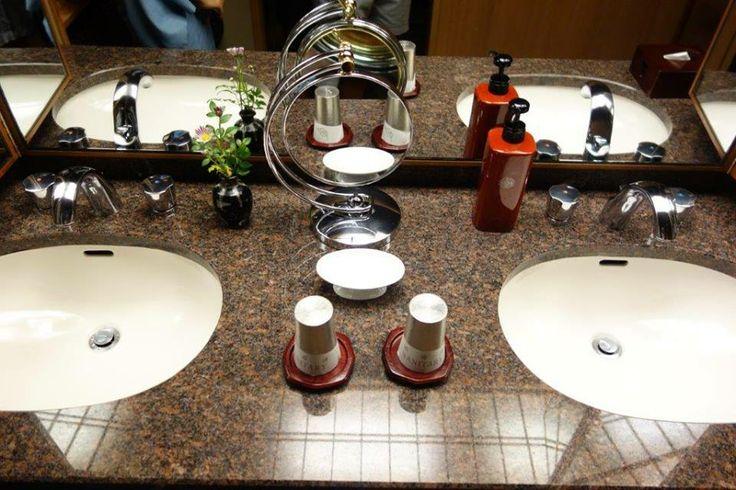 Ofuro, yani banyo. Odanızda günün yorgunluğunu sıcak bir banyo ile atmak isterseniz bunun da bir kaç kuralı var. Öncelikle ayrı banyo terlikleri de olduğunu belirtmem lazım. Banyoda küvete sabunlu bir şekilde hijyen açısından girilmiyor, sabunlanıp duşunuzu aldıktan sonra küvete girebiliyorsunuz... Daha fazla bilgi ve fotoğraf için; http://www.geziyorum.net/ryokan/