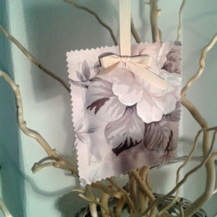 Romantika s vůní levandule Závěsná romantická dekorace plná voňavé levandule k provonění Vašeho pokoje či skříně. Doplněná béžovou mašličkou. Možno použít i jako závěs nad postel či postýlku - vůně levandule má uklidňující účinky a pomáhá při nespavosti. Vnější obal je ušit z kvalitní látky v jemných pastelových tónech se vzorem růží. Látka ...