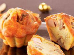 Vous ne souhaitez pas passer la journée du Réveillon dans votre cuisine ? Notre menu de Noël à préparer à l'avance est fait pour vous ! Mini cake au foie gras, terrine, viande confite à faire mijoter le jour J et nougat glacé se préparent les jours précédant Noël pour un repas de Réveillon sans stress.