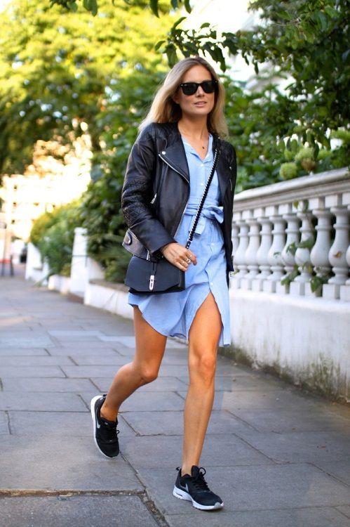 Девушка в голубом платье рубашке, кожаной куртке и кроссовках