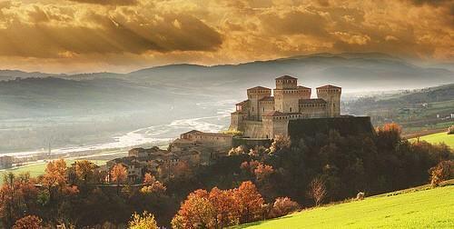 Slow Italy retweeted Europe's History @EuropesHistory · Jan 24 Castle of Torrechiara, Italy - built between 1448-60