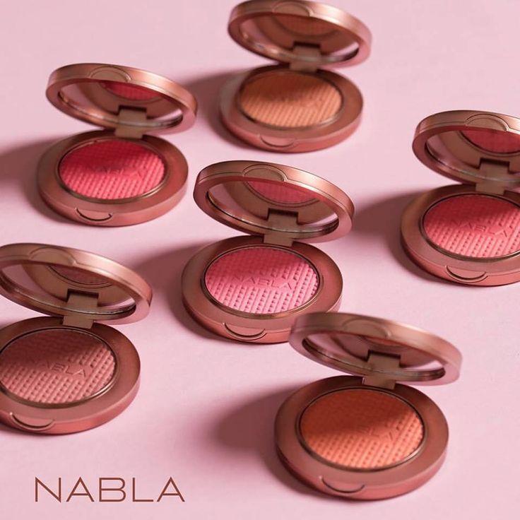 Vynikajúce lícenky od talianskej značky NABLA majú matný efekt a dodajú pleti zamatový nádych <3 Odporúčame všetkými desiatimi 🖐️